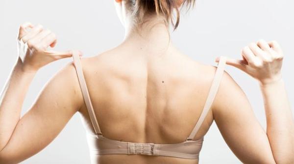 7 dấu hiệu cảnh báo bạn mặc áo ngực sai cách